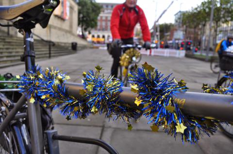 A bicycle decorated with some Christmas bling